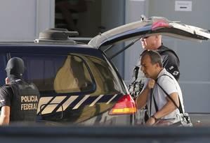 Cabral sai de Benfica, no Rio, a caminho de presídio no Paraná Foto: Domingos Peixoto / Agência O Globo