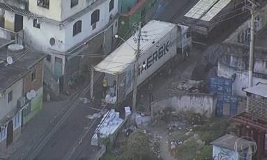 Caminhão de batatas roubado na Linha Vermelha por criminosos e levado para comunidade no Lins. Foto: Foto reprodução de TV / Agência O Globo