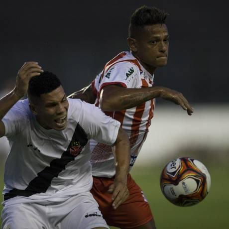 Paulinho, do Vasco, reclama da marcação de um jogador do Bangu Foto: Guito Moreto / Agência O Globo