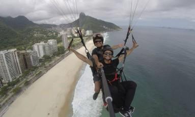 Sandro Cardoso e o ator Sérgio Malheiros se divertem durante um dos programas já gravados Foto: Divulgação
