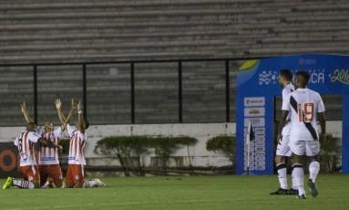 Jogadores do Bangu comemoram um dos gols Foto: Guito Moreto