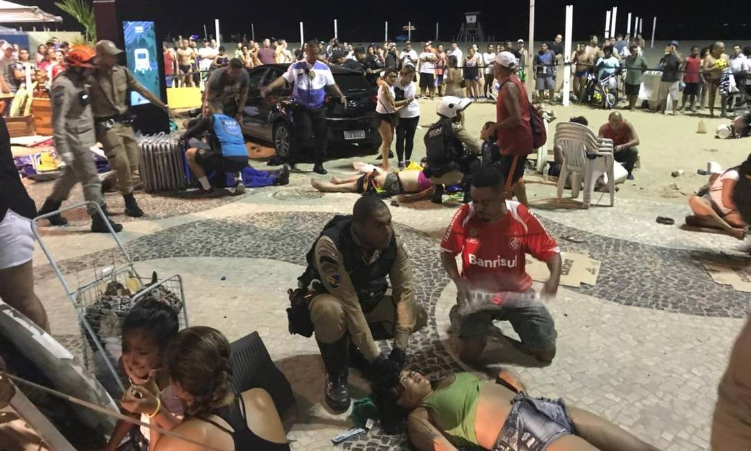 Carro perde controle e atropela várias pessoas na Avenida Atlântica Foto: Reprodução rede social / Agência O Globo