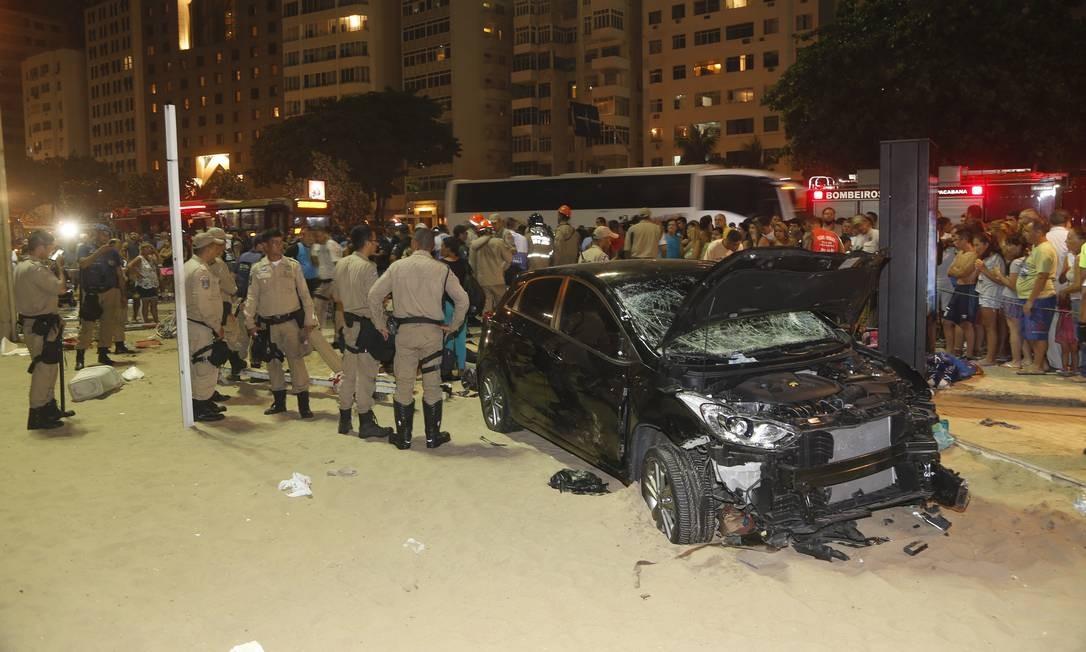 Carro invadiu o calçadão e a Praia de Copacabana, na Zona Sul do Rio, na noite desta quinta-feira. Várias pessoas foram atingidas pelo veículo desgovernado, na altura da Rua Figueiredo de Magalhães Foto: Antonio Scorza / Agência O Globo