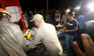 Bombeiros socorrem as vítimas de atropelamento em Copacabana Foto: Antonio Scorza / Agência O Globo