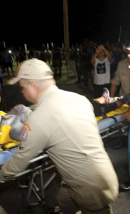 Bombeiros socorrem as vítimas Foto: Antonio Scorza / Agência O Globo