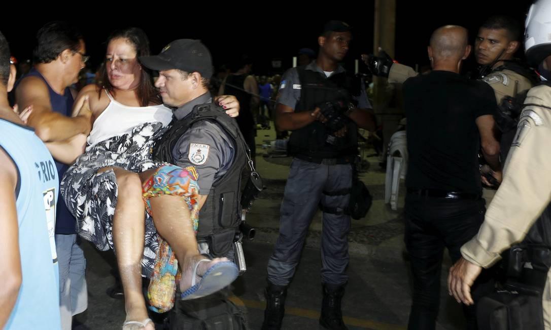 Outros feridos foram levados para o Hospital Souza Aguiar, no Centro da cidade Foto: Antonio Scorza / Agência O Globo