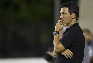 Zé Ricardo observa a atuação do time do Vasco na derrota para o Bangu Foto: Guito Moreto / Agência O Globo