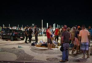 Vítimas foram atendidas no calçadão e levadas a hospitais do Rio Foto: Lucas Landau / REUTERS