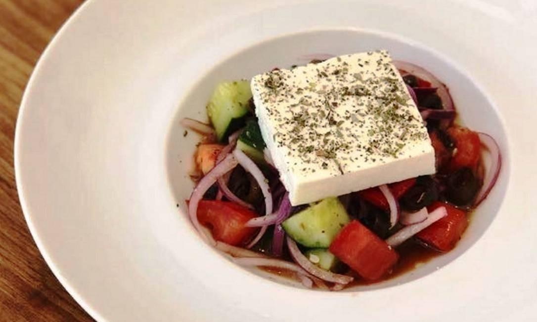 No novo Oia Cozinha Mediterrânea, tocado pelo chef Elia Schramm, a salada grega tem um pedaço inteiro de queijo feta R$ 32). Rua Barão da Torre 340, Ipanema (3201-6529). Foto: Divulgação