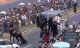 Policial é derrubada após cavalo se assustar com o papamóvel Foto: HO / AFP