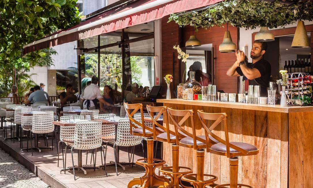 No Alessandro & Frederico, uma das apostas é o basílico, que mistura uísque, folhas de manjericão, Angostura e limão (R$ 29), ou o mai tai, que mistura rum envelhecido, redução de abacaxi, amêndoas e limão (R$ 31). Entre as comidinhas, arancini, bolinhos de arroz com queijo brie e Parma (R$ 39, seis unidades). O bar funciona a partir das 18h. Rua Garcia D'Avila 134, Ipanema (2521-0828). Foto: Divulgação/Dhani Borges