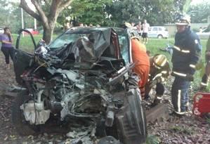 Veículo fica destruído após atropelar casal de idosos, atingir um poste e uma árvore em Brasília Foto: Divulgação/Corpo de Bombeiros do DF