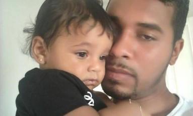 Darlan Rocha e a filha, a bebê de oito meses, que morreu atropelada em Copacabana Foto: Arquivo pessoal