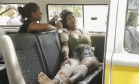 Mãe de bebê morta, Niedja Araújo é levada para casa Foto: Gabriel de Paiva / Agência O Globo
