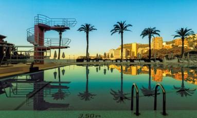 A piscina do hotel de luxo Monte-Carlo Beach, no principado de Mônaco, é considerada, pelos organizadores do Villégiature Awards, a melhor em hotel europeu. A premiação refere-se a 2017 Foto: Divulgação