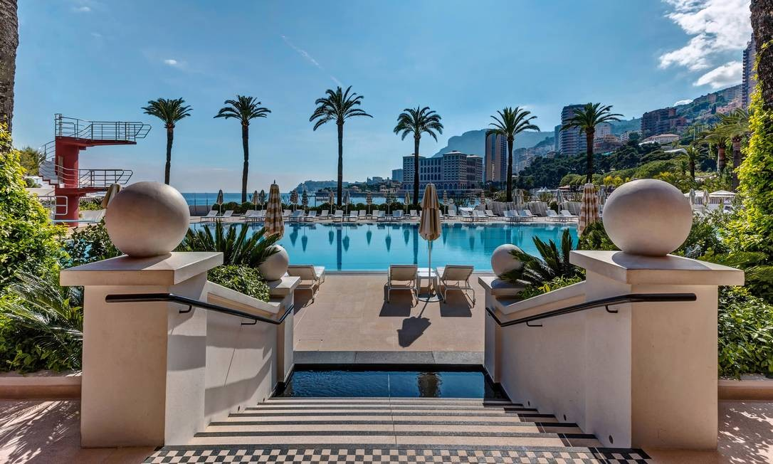 Higienizada com ozônio, a piscina do Monte-Carlo Beach, eleita a melhor em hotéis da Europa, encanta gerações desde 1928, diz a administração do hotel Foto: Divulgação