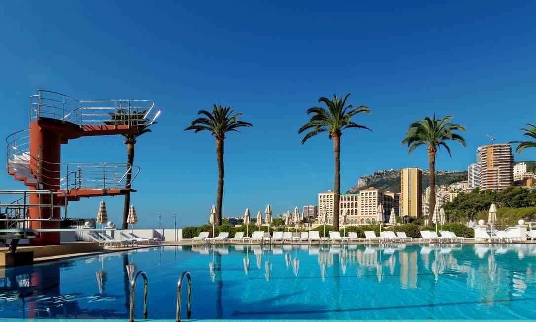 A piscina do Monte-Carlo Beach é revestida por azulejos de vidro fundido em mosaicos azuis e tem profundidade de 80cm a 3,5m Foto: Divulgação
