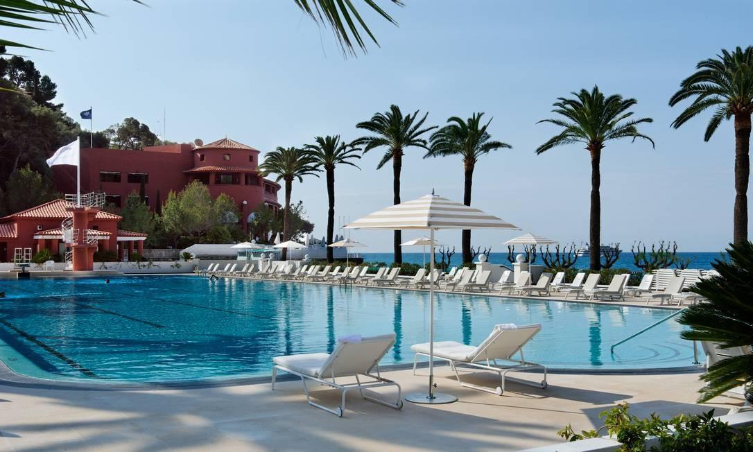De dimensões olimpicas, a piscina do Monte-Carlo Beach, a melhor de hotéis europeus, eleita em 2017, tem dois trampolins (fundo da foto) para hóspedes que desejarem arriscar saltos e acrobacias Foto: PERREARD MICHEL / Divulgação