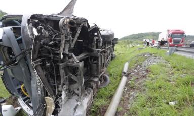 Ônibus tomba na BR-101 e deixa quatro mortos Foto: Roberto Moreyra / Agência O Globo/30-12-17