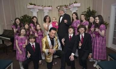 Família Turpin posa para foto com imitador de Elvis Presley Foto: Reprodução/Facebook