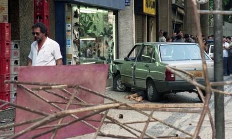 Morte. Sob o carro, o corpo de Felipe após ser arrastado na calçada pelo corretor Luciano Ribeiro Pinto, em Copacabana Foto: Ivo Gonzalez 22/06/1992 / Agência O Globo