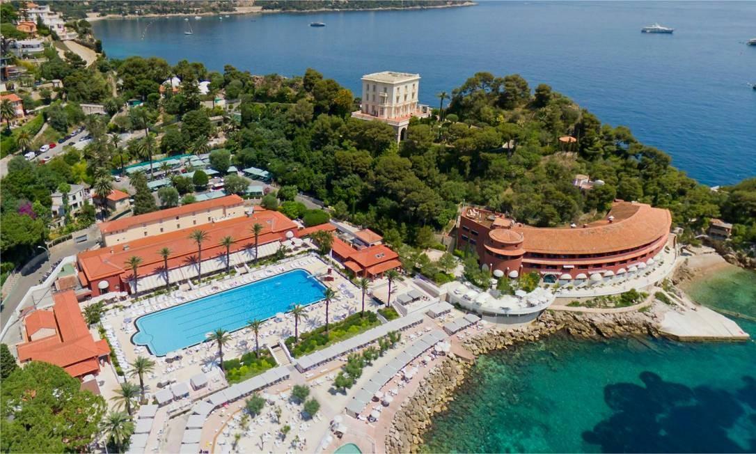 Vista aérea do Monte-Carlo Beach, em Mônaco: hotel recebeu, em 2017, prêmios de melhor grupo hoteleiro na Europa e de melhor piscina em hotel europeu Foto: Divulgação