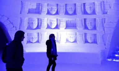 Hotel todo construído de gelo na Lapônia finlandesa usa esculturas que remetem à série de TV 'Game of Thrones' Foto: Aku H'yrynen / AP