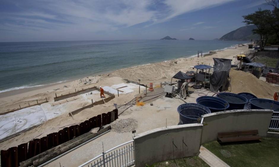 Três meses após a prefeitura iniciar obras emergenciais na Praia da Macumba, com previsão de conclusão para o fim de fevereiro, o clima por lá é de desânimo Foto: Márcia Foletto / Agência O Globo