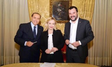 Berlusconi assina acordo com Giorgia Meloni e Matteo Salvini Foto: LIVIO ANTICOLI / AFP