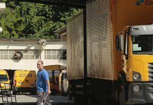 Problemas. Centro de Entrega de Encomendas de Santa Rosa: queixas sobre demora para retirar produtos no local Foto: Brenno Carvalho / Brenno Carvalho
