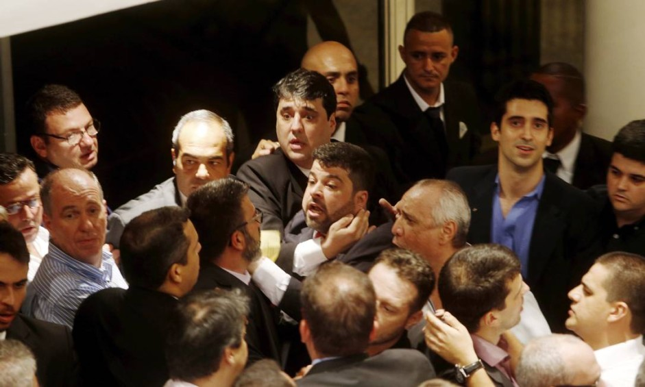 Sócios do Vasco chegam perto de trocar agressões durante eleição do Conselho Deliberativo Foto: Antonio Scorza / Agência O Globo
