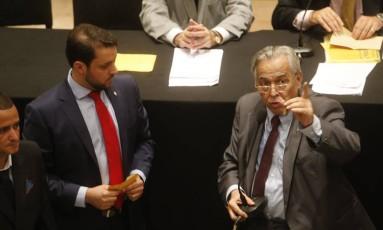 Eurico Miranda e Julio Brant chegaram a discutir perto da mesa diretora Foto: Uanderson Fernandes / Agência O Globo
