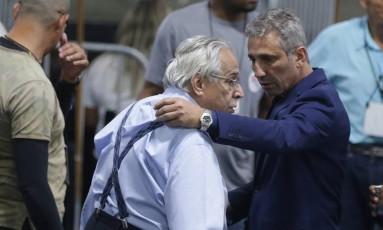 Campello e Eurico se abraçam na eleição de novembro, quando eram opositores: união de última hora derrotou Brant Foto: Márcio Alves / Agência O Globo