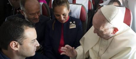 Papa Francisco casa comissários em voo Foto: L'Osservatore Romano Vatican Media / AP