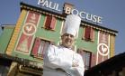 Morreu neste sábado, aos 91 anos, o chefe francês Paul Bocuse. Considerado o papa da gastronomia, ele sofria do Mal de Parkinson. Na galeria, reunimos alguns momentos de sua trajetória. Na imagem, feita em 2011, Bocuse posa em frente ao seu famoso restaurante L'Auberge du Pont de Collonges, três estrelas Foto: AP Photo/Laurent Cipriani