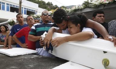 Emoção. Pais da pequena Maria Louise, de apenas oito meses, choram durante o enterro da menina Foto: Fábio Guimarães / Agência O Globo