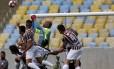 Jefferson afasta o perigo em bola alçada pelo Fluminense na área do Botafogo Foto: Marcelo Theobald / Agência O Globo