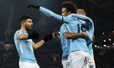 Agüero, à esquerda, comemora um de seus três gols na vitória do Manchester City sobre o Newcastle Foto: OLI SCARFF / AFP