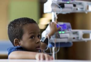 Com o coração fraco e há mais de um ano na UTI do Incor, em São Paulo, Wellington, de 5 anos, aguarda transplante Foto: Edilson Dantas / Agência O Globo