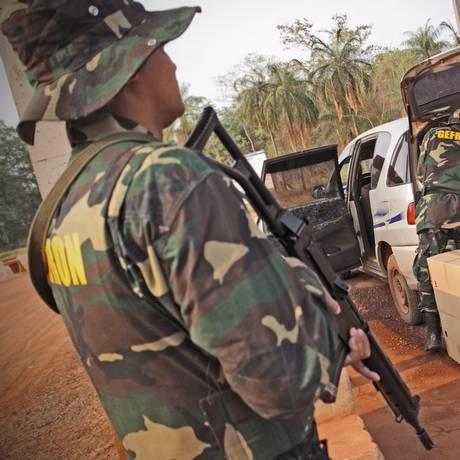 Policiais do Grupamento Especial de Fronteira inspecionam veículo boliviano prestes a deixar o país: bolivianos são maioria entre estrangeiros com ordem de expulsão Foto: André Coelho / André Coelho/15-8-2012