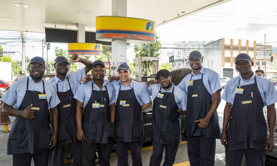 Em um posto de gasolina da Zona Norte, oito dos dez frentistas são estrangeiros refugiados no Brasil Foto: Ana Branco / Agência O Globo
