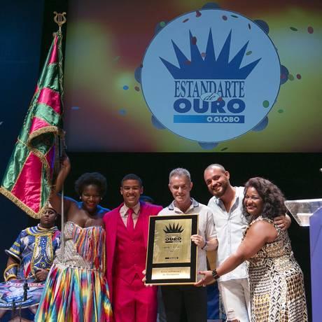 Cerimonia de premiacao do Estandarte de Ouro 2017 na Cidade das Artes, Barra da Tijuca. Mangueira recebe o premio de melhor escola de samba Foto: Leo Martins / Agência O Globo