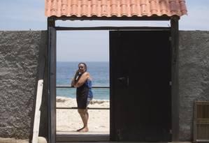Isolada. Para sair de casa, Miriam Silva tem que usar uma ponte improvisada Foto: Agência O Globo / Márcia Foletto