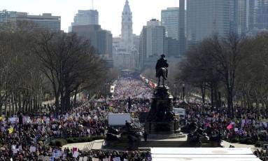 De volta às ruas. Segunda Marcha da Mulheres reuniu uma multidão nas ruas da Filadélfia: onda feminista ganhou força nos protestos contra o presidente Foto: JESSICA KOURKOUNIS / JESSICA KOURKOUNIS/REUTERS