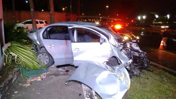 Carro onde estavam os integrantes do bando ficou destruído após acidente Foto: Reprodução/PRF