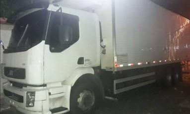 Caminhão recuperado pela PM na Avenida Brasil Foto: Reprodução/PM
