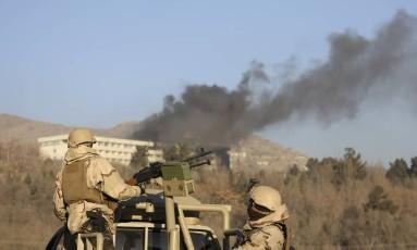 Forças militares com o Hotel Intercontinental ao fundo Foto: Rahmat Gul / AP