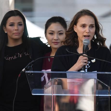 Natalie Portman discursa durante Marcha das Mulheres em Los Angeles, ao lado das atrizes Eva Longoria (esquerda), Constance Wu (centro) Foto: MARK RALSTON / AFP