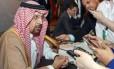 O ministro da Energia saudita, Khaled al-Faleh, conversa com jornalistas antes de reunião ministerial no Omã Foto: MOHAMMED MAHJOUB / AFP