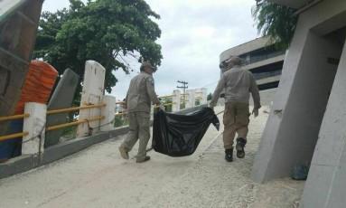 Bombeiros recolheram a perna encontrada na praia da Boa Viagem por volta das 17h deste sábado Foto: Jornal Plantão Enfoco (Facebook/Reprodução)